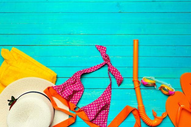 Zusammensetzung mit badeanzug auf farbe hölzern Premium Fotos