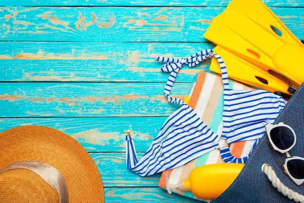 Zusammensetzung mit badeanzug auf purpleheart Premium Fotos