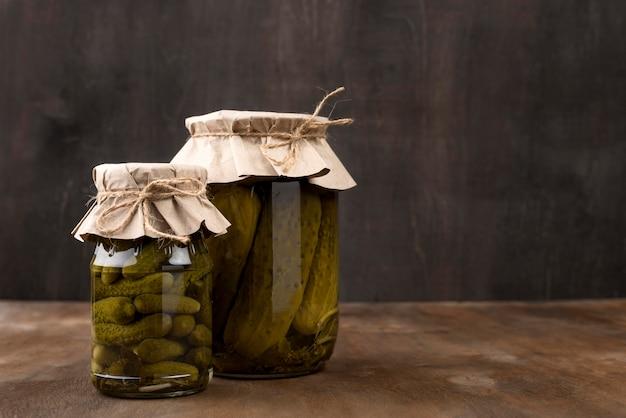 Zusammensetzung mit eingelegtem gemüse in gläsern Premium Fotos