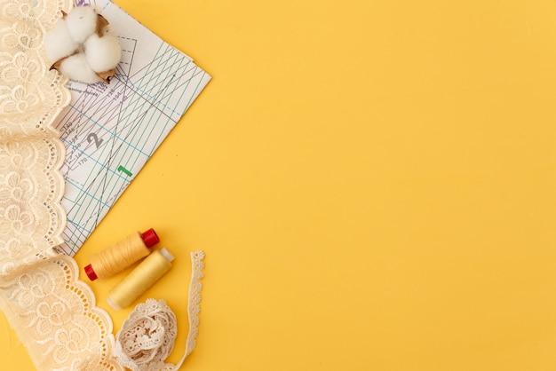 Zusammensetzung mit nähgarnen und zubehör auf weißem hintergrund, draufsicht Premium Fotos
