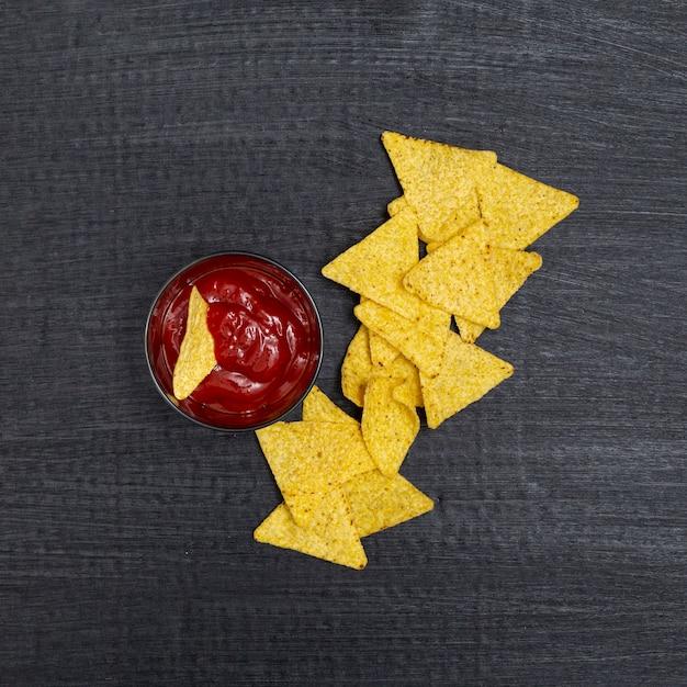 Zusammensetzung von c in rechteckiger form und ketchup in schälchen Kostenlose Fotos