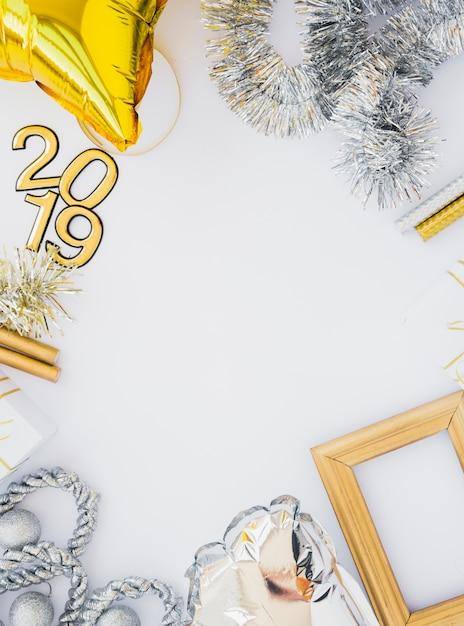 Zusammensetzung von fotorahmen, lametta, 2019-nummern und ballon Kostenlose Fotos
