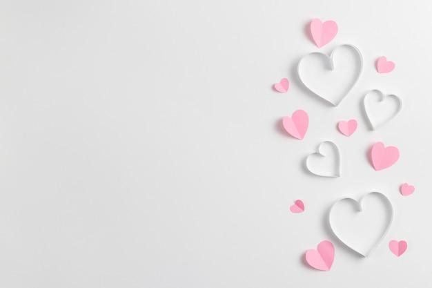 Zusammensetzung von rosa herzen aus papier Premium Fotos