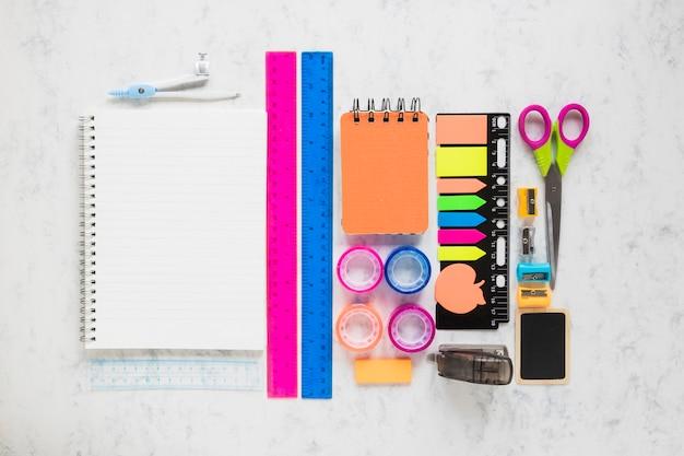 Zusammensetzung von schreibwarenwerkzeugen für die schulische ausbildung Kostenlose Fotos