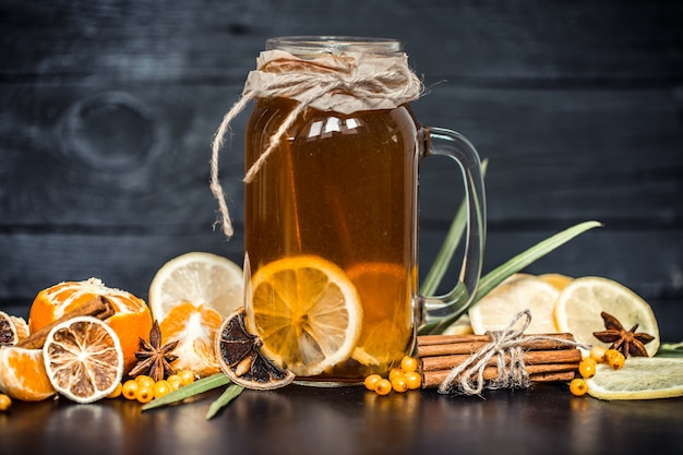 Zusammensetzung zitronentee in einem transparenten glas mit einem griff, das konzept der heißen getränke und gesundheit Premium Fotos