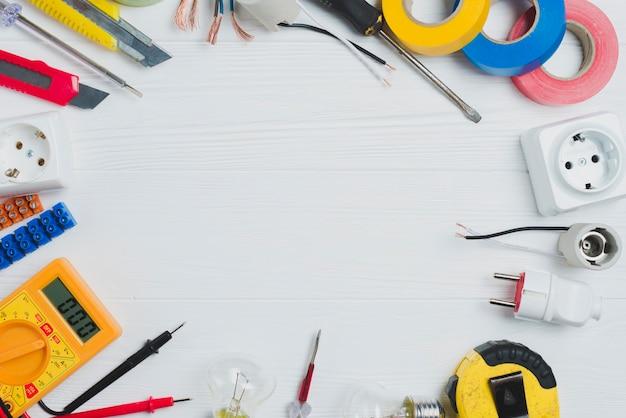 Zusammenstellung der elektrischen ausrüstung auf tabelle Kostenlose Fotos