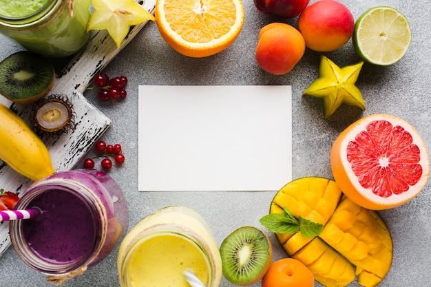Zusammenstellung der frucht und der smoothies mit exemplarplatz Kostenlose Fotos