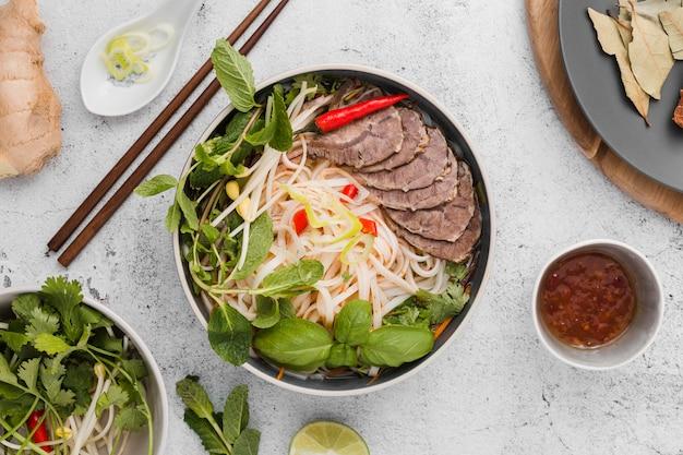 Zusammenstellung des geschmackvollen vietnamesischen lebensmittels Kostenlose Fotos