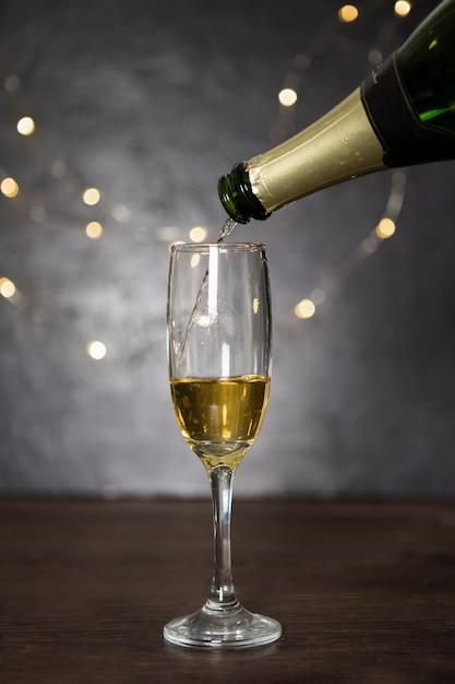 Zusammenstellung mit dem eingießen des champagners und des glases Kostenlose Fotos