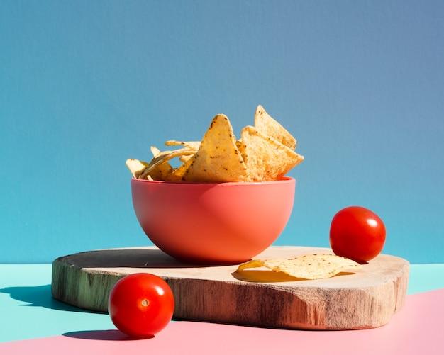 Zusammenstellung mit tortillachips und kirschtomaten Kostenlose Fotos