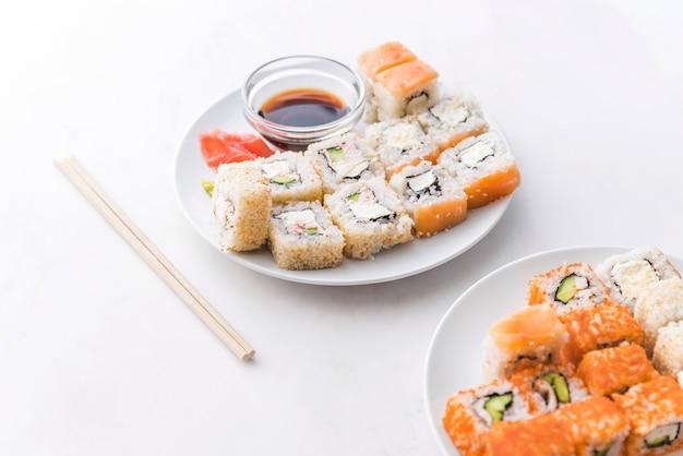 Zusammenstellungen von sushi mit soße und essstäbchen Kostenlose Fotos