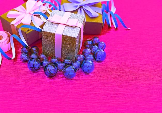 Zusammenstellungs-surrealismus kasten mit geschenken auf hellem rosa hintergrund. Premium Fotos