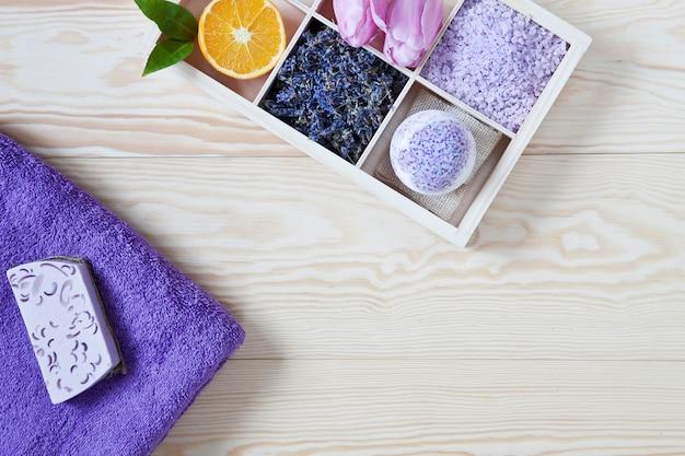 Zutaten für aromatherapie und spa, aromatisches meersalz und handtücher. Premium Fotos