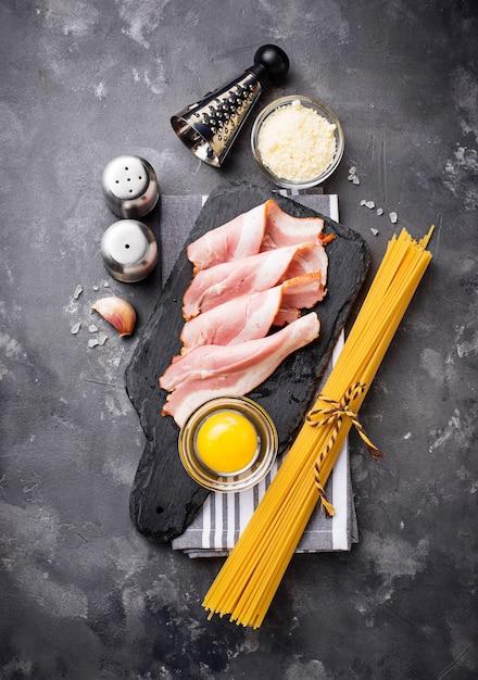 Zutaten für das kochen von nudeln carbonara Premium Fotos