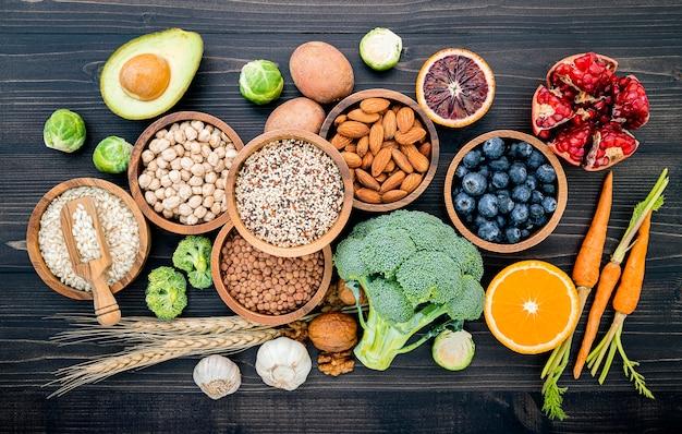 Zutaten für die auswahl gesunder lebensmittel auf holz Premium Fotos