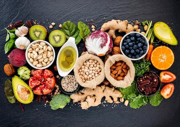 Zutaten für die gesunde lebensmittelauswahl. das konzept der gesunden ernährung eingerichtet Premium Fotos