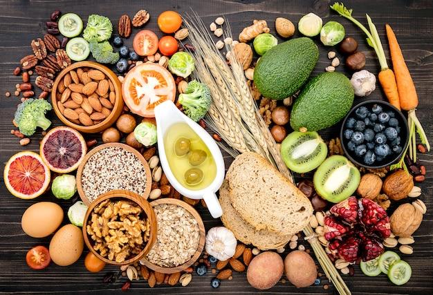 Zutaten für die gesunden lebensmittel auf holz Premium Fotos