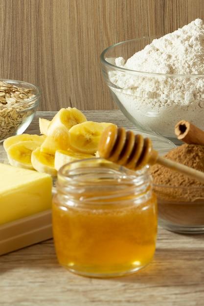 Zutaten für die herstellung von gesundem keks. banane, hafermehl, honig, zimt und butter Premium Fotos