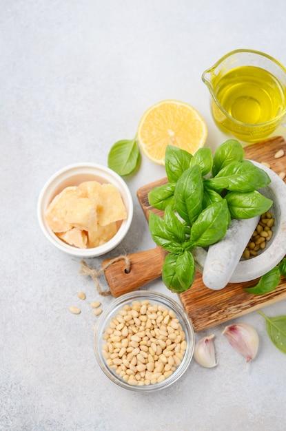 Zutaten für die herstellung von grüner pesto-sauce draufsicht flache lage Premium Fotos