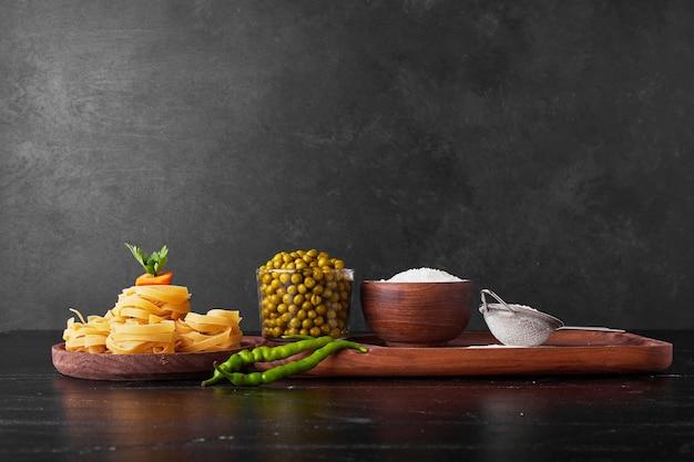 Zutaten für die pastaherstellung auf schwarz. Kostenlose Fotos