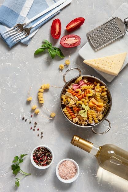 Zutaten für die traditionelle pasta-küche - käse, tomaten, gewürze. Premium Fotos
