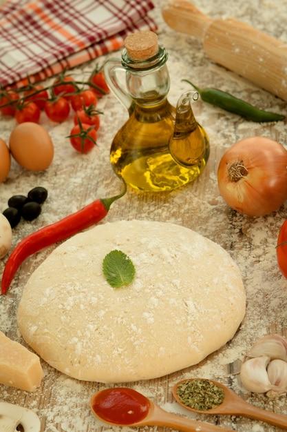 Zutaten für eine vegetarische pizza Premium Fotos