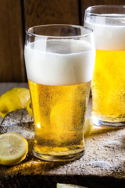 Zutaten für mexikanisches chilenisches biergetränk - michelada Premium Fotos