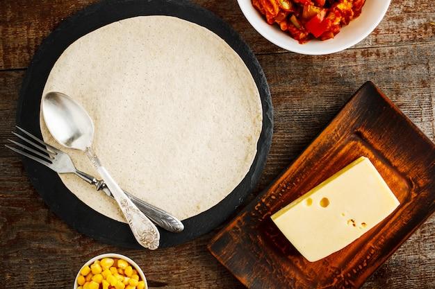 Zutaten für quesadilla auf einem holztisch Premium Fotos