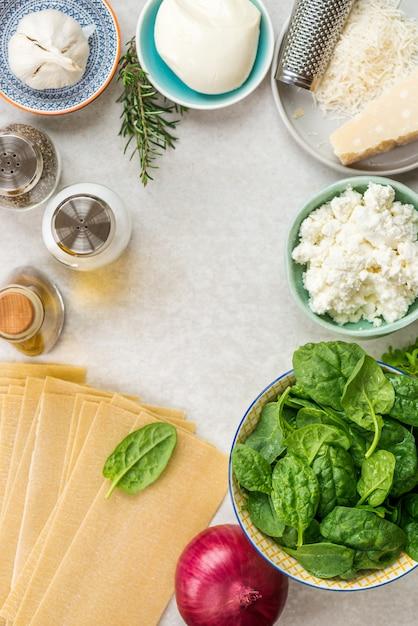 Zutaten für vegetarischen spinat und ricotta-lasagne Premium Fotos