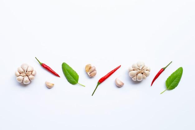 Zutaten kräuter und gewürze, basilikum, chili und knoblauch Premium Fotos