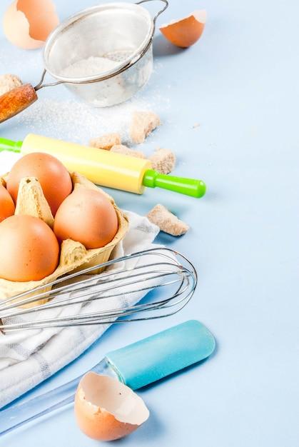 Zutaten und utensilien zum kochen von ei, mehl, zucker, schneebesen, nudelholz Premium Fotos