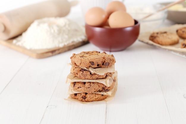 Zutaten zum backen von keksen und schokoladenkeksen Kostenlose Fotos