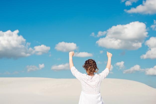Zuversichtlich junge frau, die ihre faust in den himmel hebt. ich fühle mich motiviert Premium Fotos