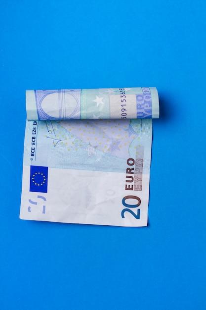 Zwanzig-euro-rechnung in eine rolle geknittert. Premium Fotos