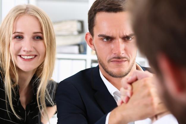 Zwei alpha-mann im anzug halten hände im ringen Premium Fotos