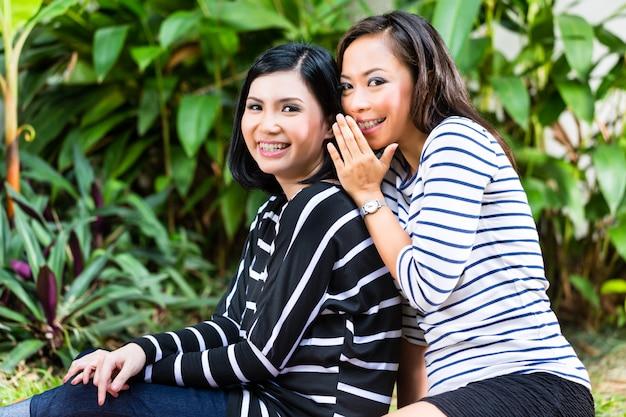 Zwei asiatische freundinnen Premium Fotos