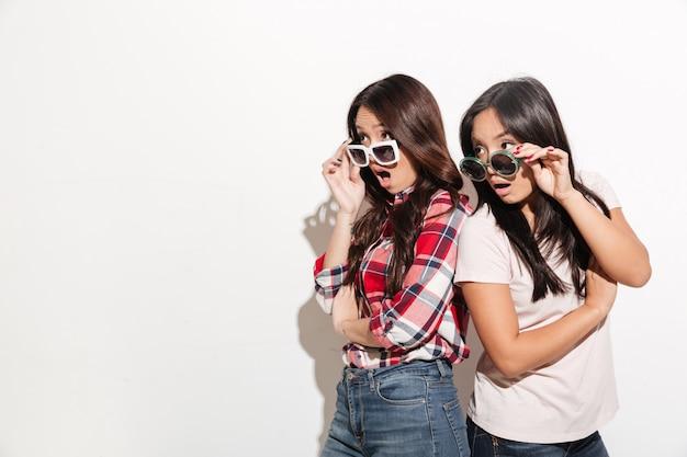 Zwei asiatische schwestern, die sonnenbrille tragen Kostenlose Fotos