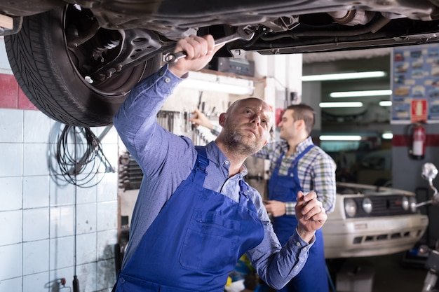 Zwei automechaniker an der werkstatt Premium Fotos