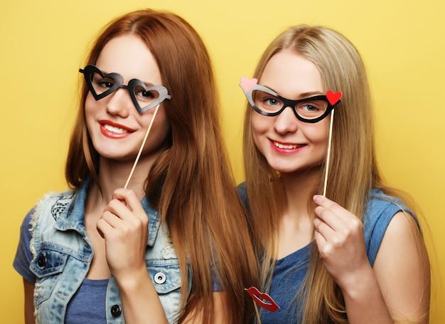 Zwei beste freunde der stilvollen sexy hippie-mädchen bereit zur partei Premium Fotos