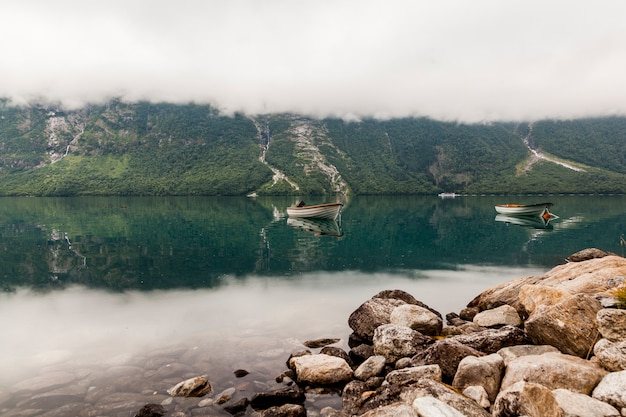 Zwei boote am wunderschönen bergsee Kostenlose Fotos