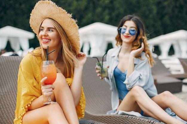 Zwei elegante mädchen in einem resort Kostenlose Fotos