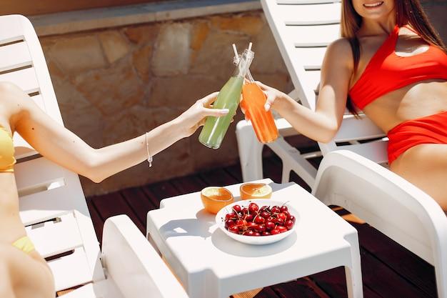 Zwei elegante und stilvolle mädchen in einem resort Kostenlose Fotos