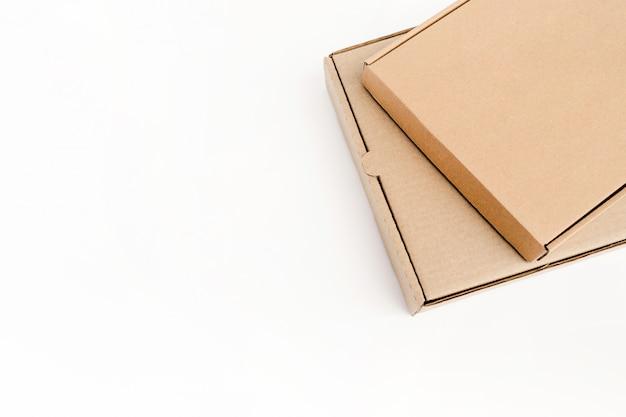Zwei flache kartonverpackungen für waren liegen aufeinander Premium Fotos