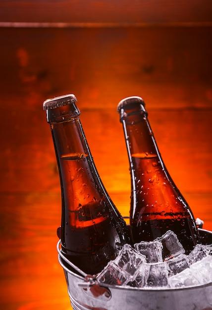 Zwei flaschen bier in einem eiskübel Premium Fotos