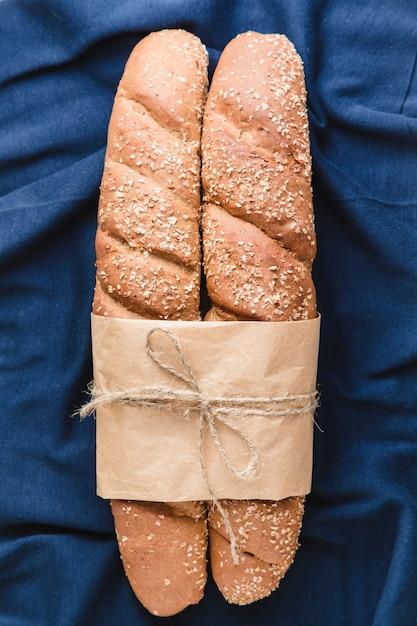 Zwei französische baguettes mit auf blauem textil Premium Fotos