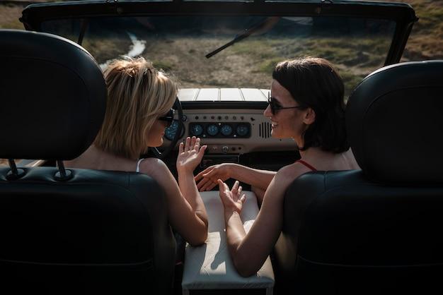 Zwei frauen, die zusammen mit dem auto reisen Kostenlose Fotos
