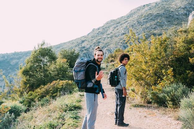 Zwei freunde, die zusammen wandern Kostenlose Fotos