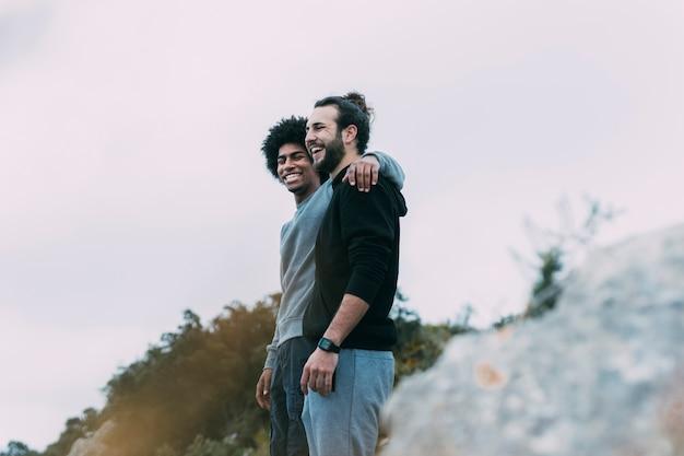 Zwei freunde in den bergen Kostenlose Fotos