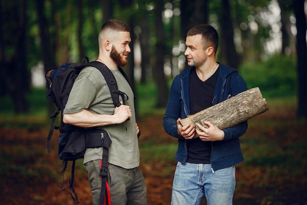 Zwei freunde ruhen sich in einem wald aus Kostenlose Fotos