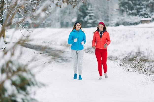 Zwei freundinnen, die im winter rütteln Kostenlose Fotos